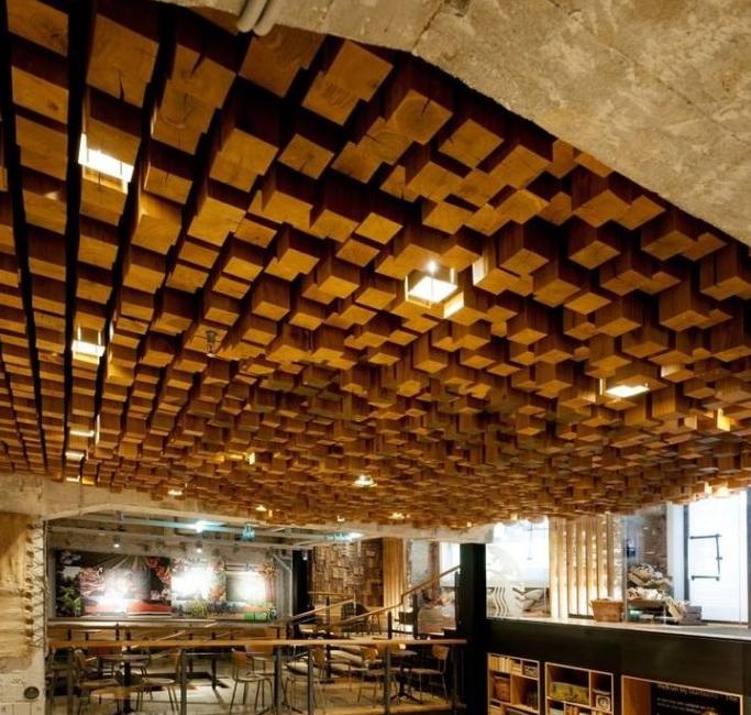 потолок из деревянных брусков